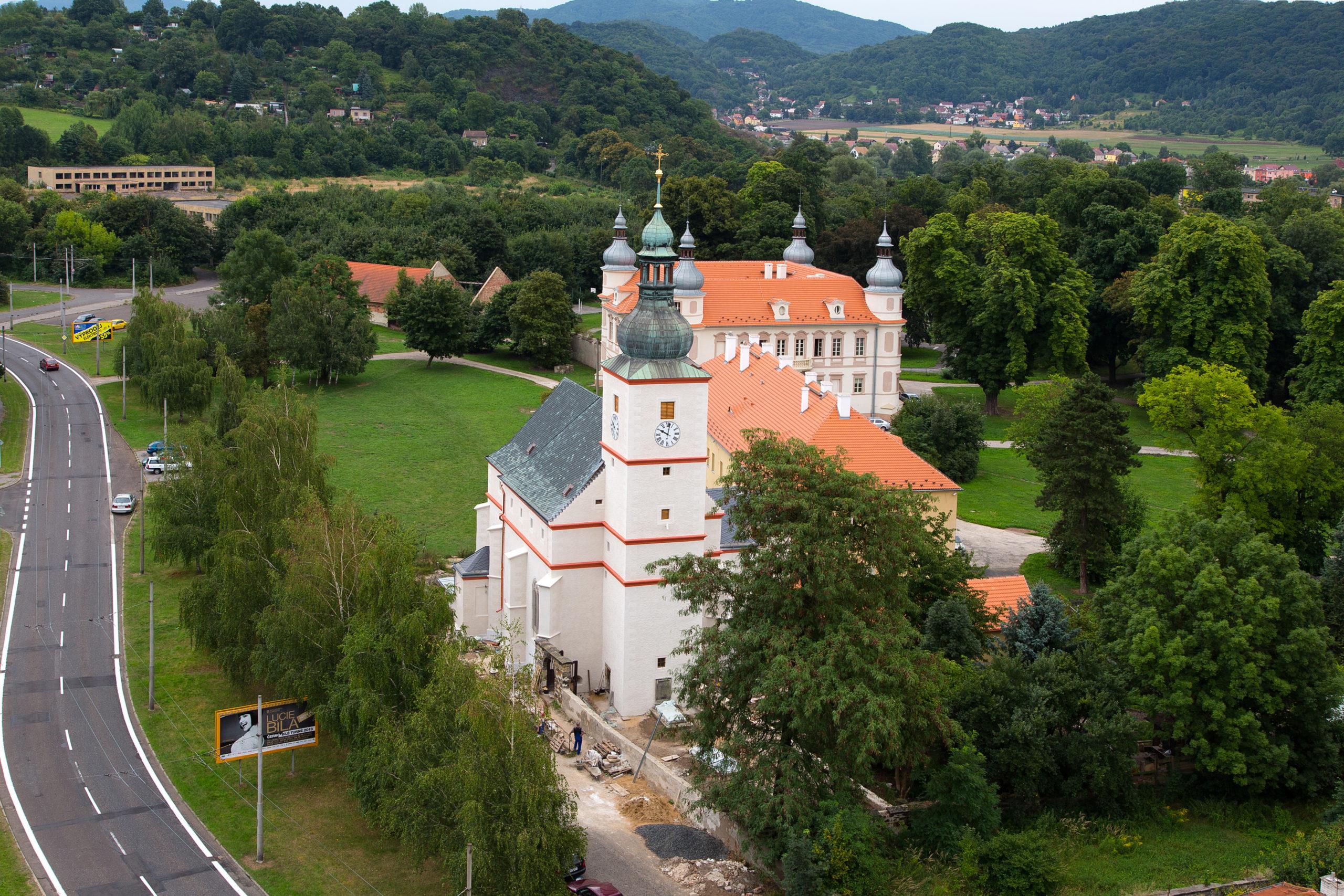Kostel sv. Floriána, v pozadí Starý a Nový zámek