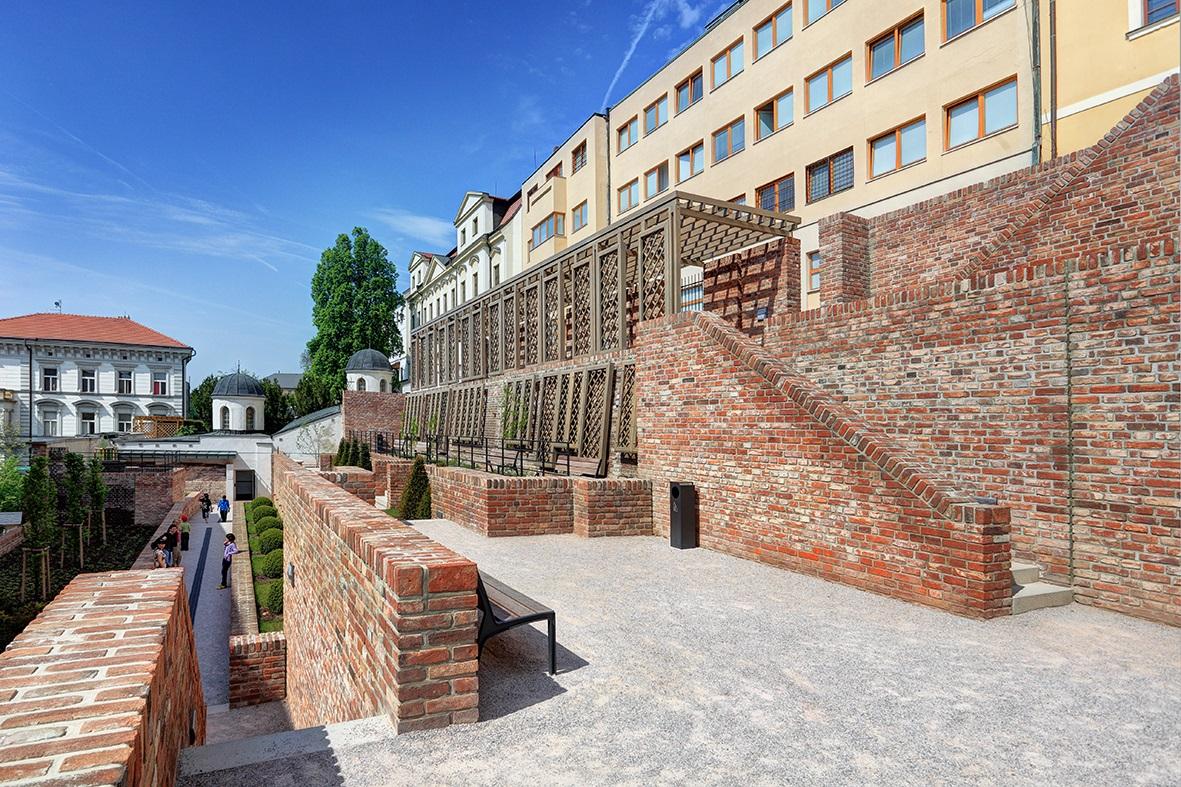 Rekonstrukce městských hradeb od schodiště Bono Publico po Gočárovo schodiště, Hradec Králové