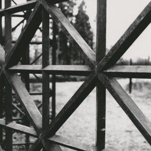 Brána u severní zdi zámeckého parku v Kunraticích