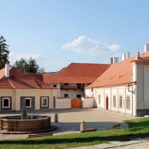 Úprava historické plochy mezi prelaturou, pivovarem a hospodářským dvorem, Plasy