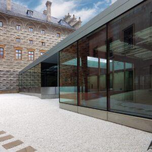 Vstupní objekt galerie vestavěný do dvora, Schwarzenberský a Salmovský palác, Praha 1